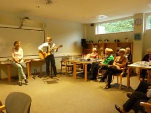 Underholdning af musikterapeut Leif Rasmussen og Sygeplejerske Inge Rosenberg