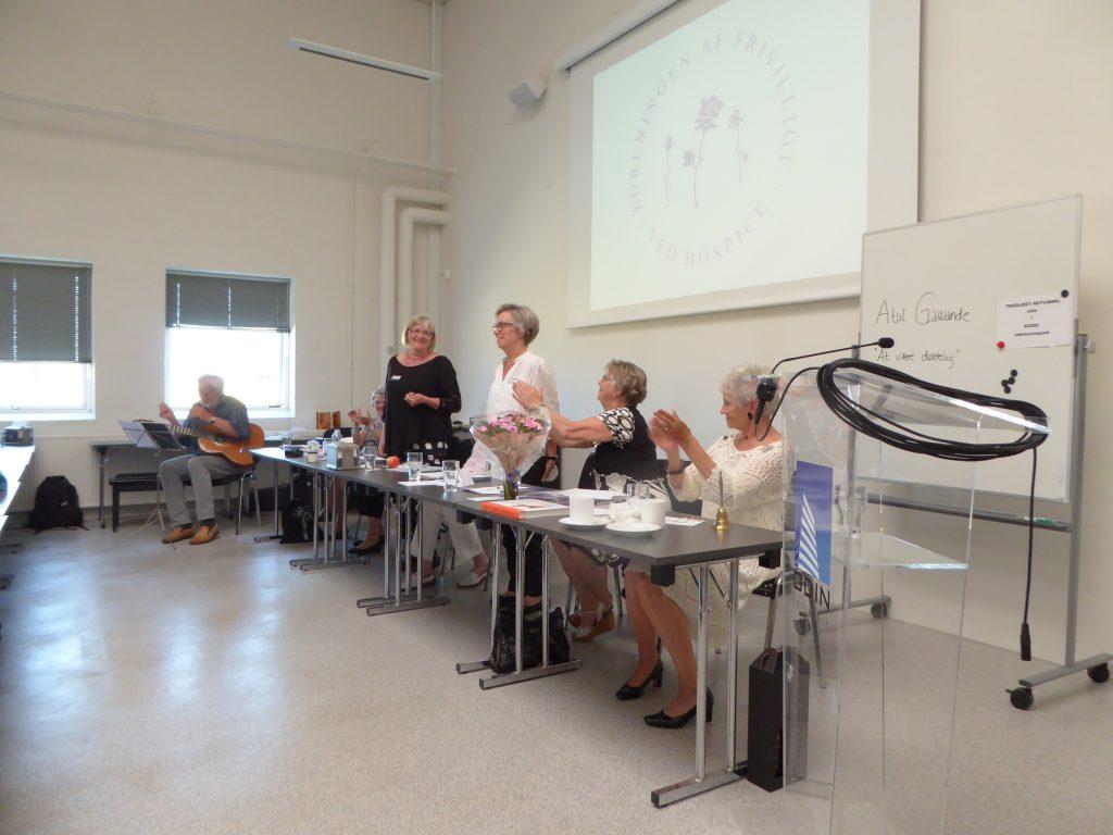 Vores nye formand Annie Frederiksen stående i midten.